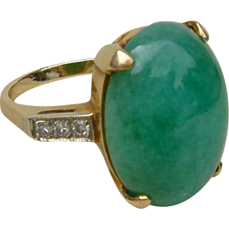 Ladies 14k Gold Ring w/ Large Oval Jade Cabochon Flanked on Each Side by Three Small Diamonds