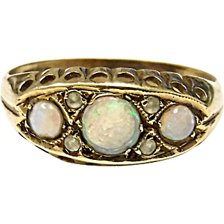 Beautiful 9K Yellow Gold Opal & CZ Ring