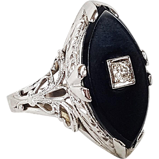 18kt White Gold Ring set with Black Onyx and a Single European cut Diamond, Circa 1915