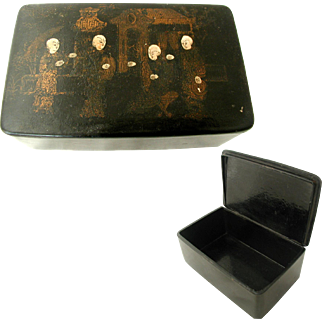 Large Table Snuff Box. English Chinoiserie Style. 19th Century. Papier Mache