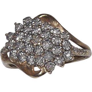 Stunning 10 Kt Yellow Gold and Diamonds Cluster Ring