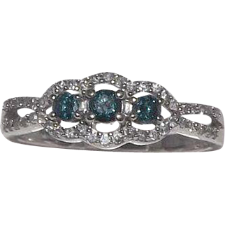 Gorgeous 10 Kt White Gold Blue And Clear Diamonds Ring