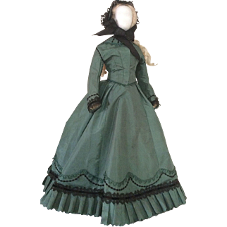 "Elegant visiting costume for 22 to 23"" early fashion doll (1865)"