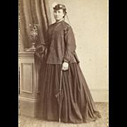TRAVEL Costume HOOPSKIRT CRINOLINE PALETOT HAT Strange MUFF PARASOL 1860s FASHIONISTA