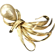Vintage Grosse Germany 1961 Stylized Large Imitation Pearl Gold Plated Pin Brooch