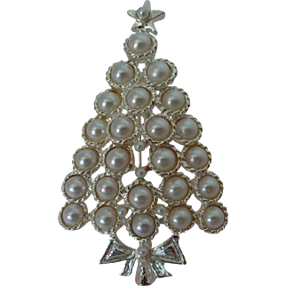 Winter White Faux Pearl Christmas Tree on Silver Tone Brooch Vintage