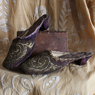 Early 19th century:exquisite antique pair of ladies shoes,faded purple velvet with gold embroideries,boudoir treasure.