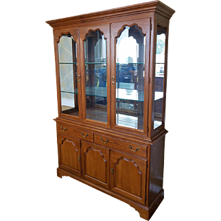 1990s Oak Drexel Heritage Carleton Collection Dining Room China Cabinet
