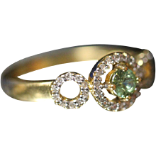.75 ctw - 18k - High Quality Diamond & Peridot Halo Style Modernist Designed Ring in Yellow Gold