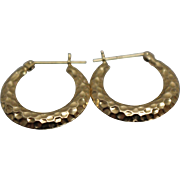 14k - Ribbed Hammered Finish Small Hoop Earrings in Yellow Gold