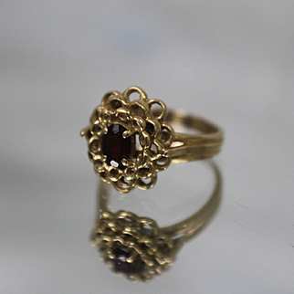 14k - .50 ct - Oval Red Garnet in Scalloped Cut Out Tiered Ring in Yellow Gold