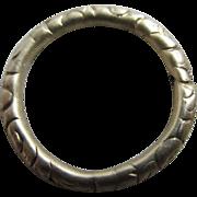 Embossed 15k gold split ring clasp 1.7cm dia antique Victorian c1840.