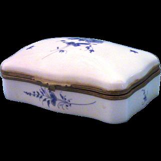 Decore a la Main a Chantilly / FRANCE small vintage porcelain dresser box