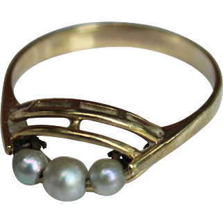 Vintage & Classic 9K Yellow Gold & Three Pearl Ring - Size 6.5