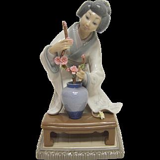 "Lladro 4840 Japanese Geisha Girl Arranging Flowers, Branch/Flowers Perfect 7.5"""