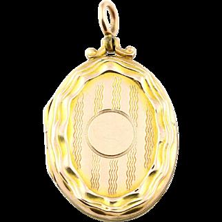 Pretty Embossed Edwardian Yellow Gold Locket - Circa 1905