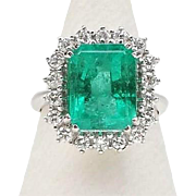 Luxury 18K gold ring, emerald and diamonds.