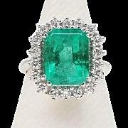 Luxury 18K gold ring, emerald and diamonds.