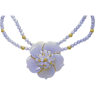 Estate 18k Yellow Gold Carved Chalcedony Ladies Flower necklace Italy 1970's