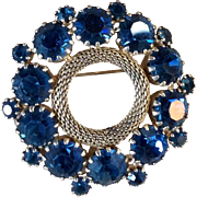 Pretty Vintage Weiss Blue Rhinestone Brooch
