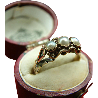 Early Victorian c.1840 15k Gold Ring with 3 Pearls and Shoulder Relief