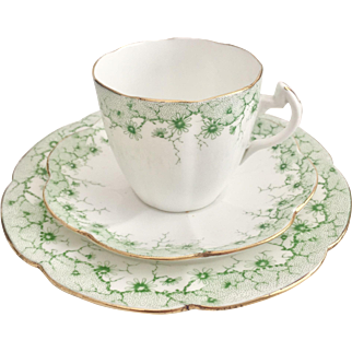 Antique Shelley Lily shape cup with Daisy border in green, 1910-1916