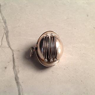 Vtg. Sterling Silver (925) accordion style photo charm holds 4 pictures believed to be made in Mexico