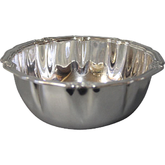 Small bowl in hallmarked silver, stamped K.C.M.