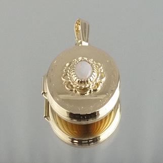 Opal Locket / 14k Yellow Gold Vintage 1980s