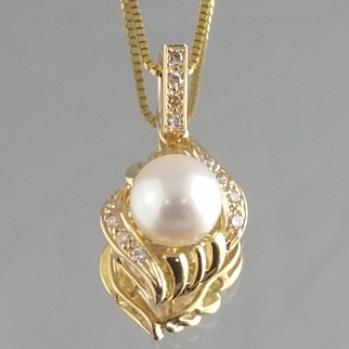 Pearl and Diamond Pendant / 14k Yellow Gold