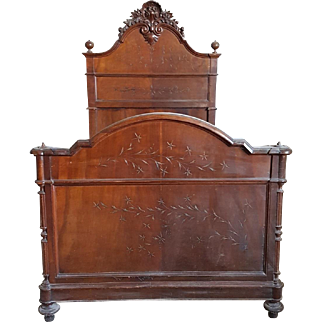 19th Century Beautiful antique Victorian full size Bed walnut carved