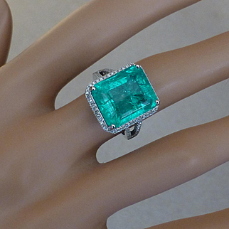 Over 9 Carat Emerald…..at this price !