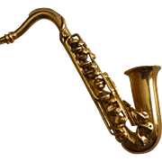 Detailed Gold Saxophone Brooch