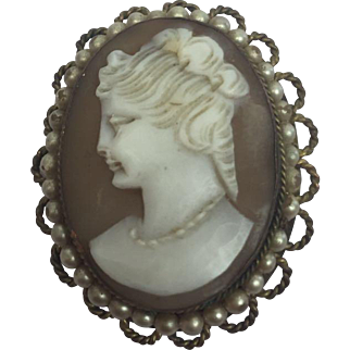 Camee brooch with fake pearls - France - Early 20th century