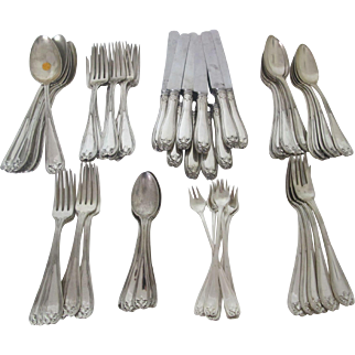 Gorgeous Tiffany Colonial Sterling Silver Flatware set with 60 pieces