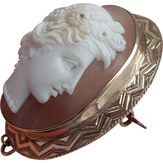Stunning Victorian Relief Shell Cameo in Engraved Solid Gold Brooch Stamped 375