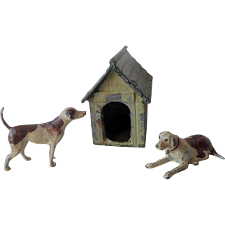 1930s Britains Painted Lead Hounds And A Kennel For Your Dollshouse No2