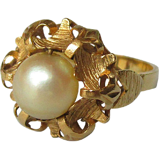 Vintage 18K yellow gold ring with a cultured pearl.