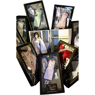 Jackie Kennedy doll with trunk and 12 outfits