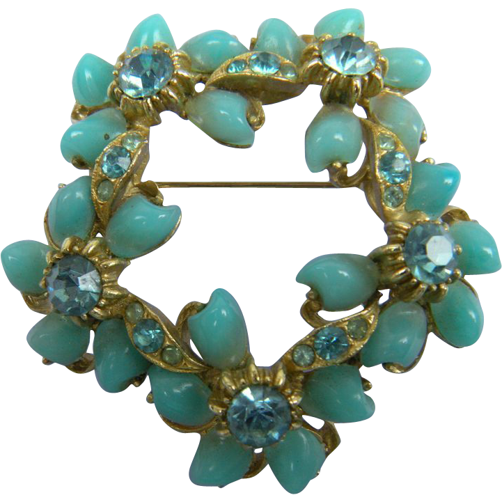 Beautiful Wreath Pin Unsigned