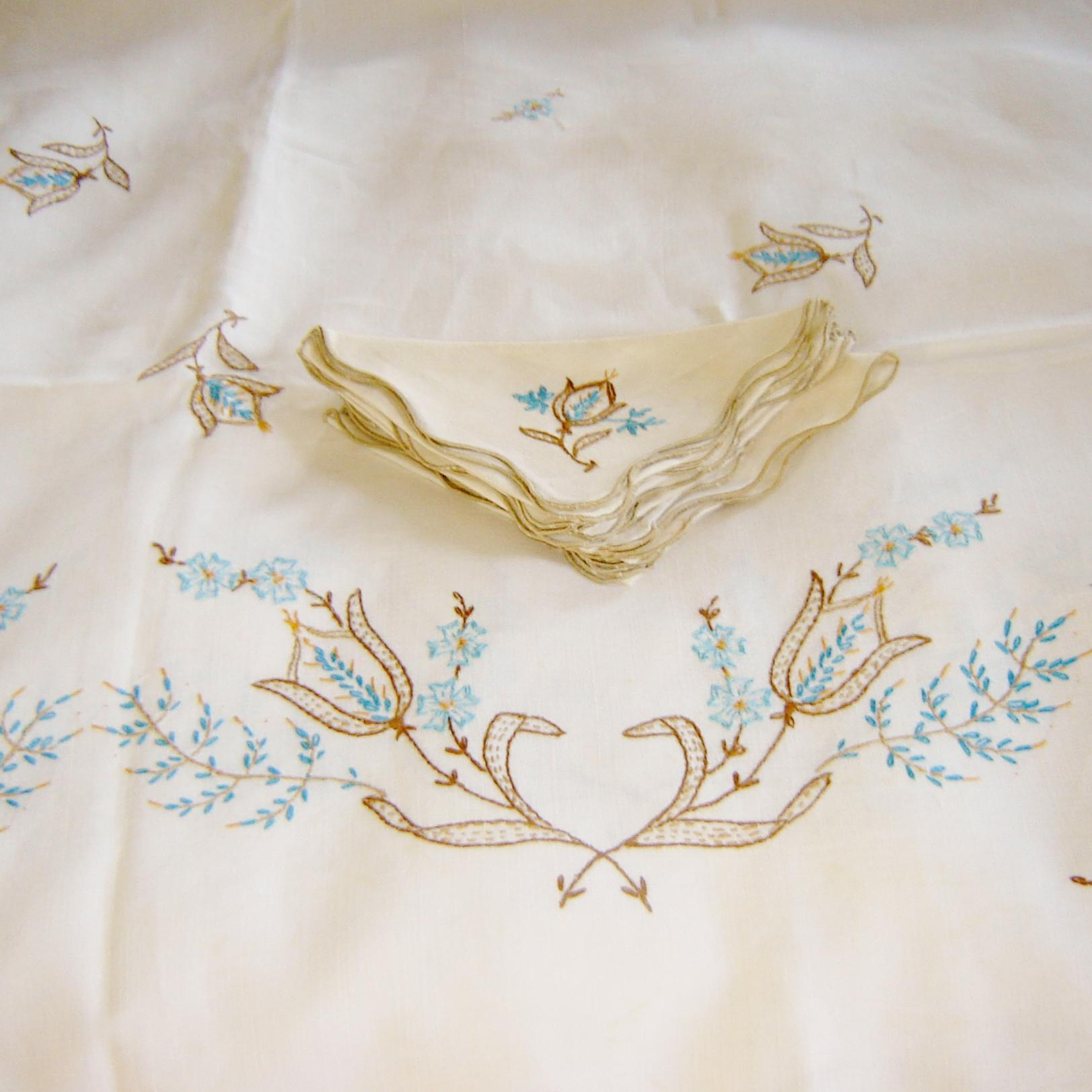 Vintage Embroidered Tablecloth 8 Napkins
