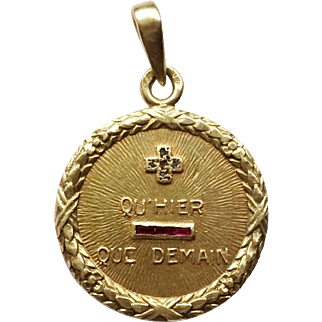 French 18k Gold Laurel Wreath Qu'hier Que Demain Love Token Charm, circa 1920