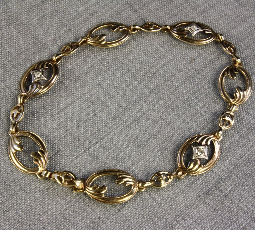 Ladies 10K Gold Oval link Bracelet with Three Diamonds