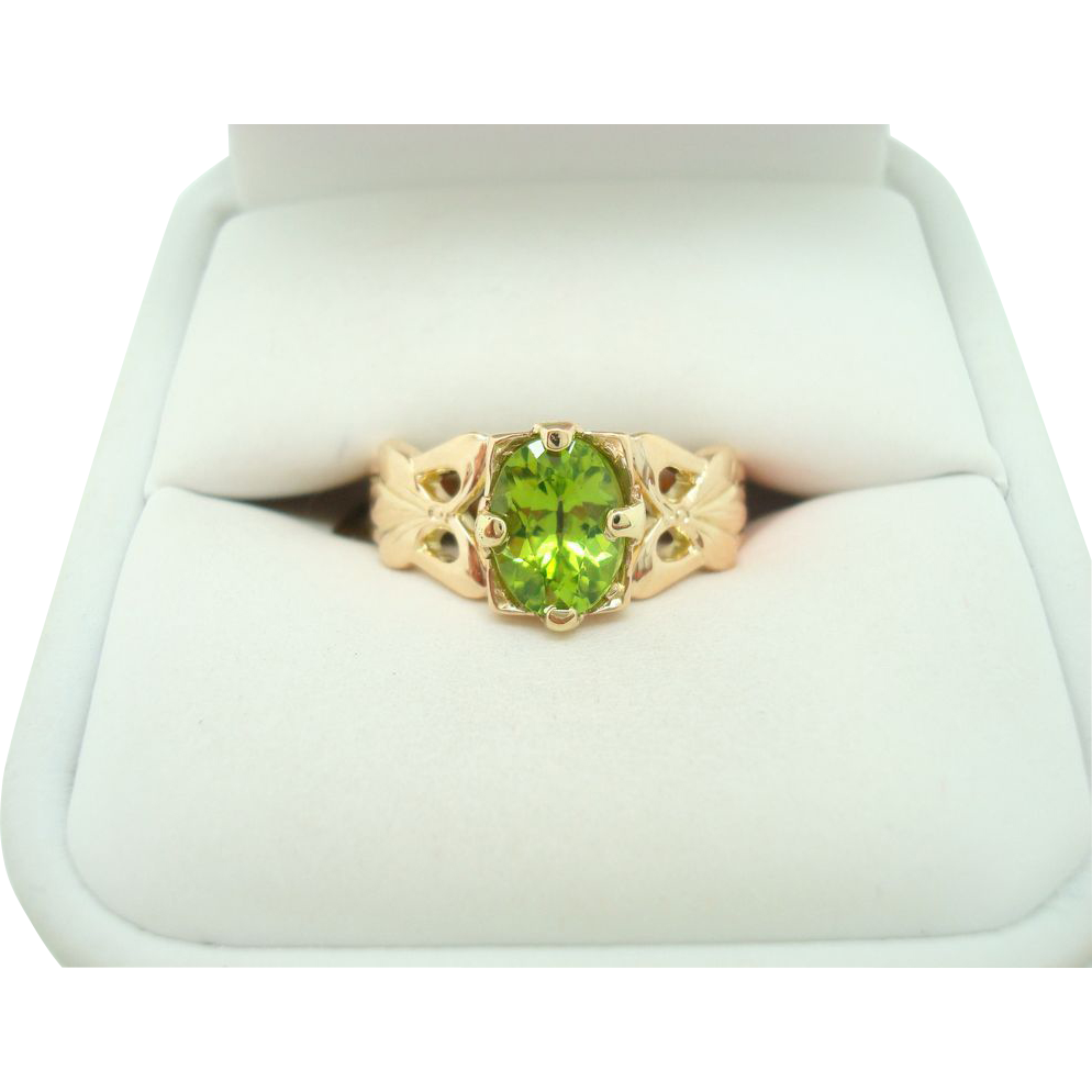14 Karat Oval 1.30ct Peridot Ring w Carved Bows