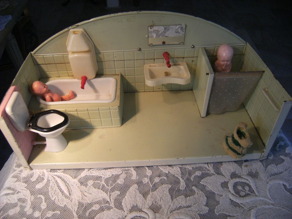 Lovely little Bathroom, in a beautiful colour, almond green, with 2 little dolls  in.
