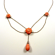 Charming and Elegant Art Nouveau Coral Flower Festoon Necklace in Gold c. 1900