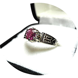 RUBY Ring - Lovely 18k Gold - Early Vintage Engraved White Mounting