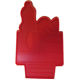 """Large Snoopy Sleeping on His Doghouse """"United Feature Syndicate, Inc."""" Cookie Cutter 1970s"""