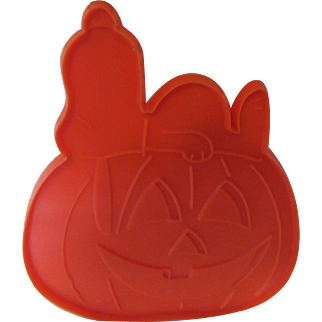 """Snoopy Sleeping on a Pumpkin 1970s """"United Feature Syndicate, Inc. Cookie Cutter"""