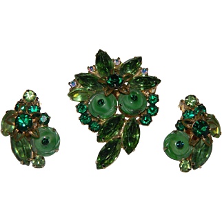 D&E aka Juliana BOOK PIECE Molded Art Glass Green Swirled Button Cab With Green Navette Rhinestones Demi Brooch and Earrings